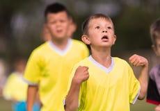 幼儿球员在足球场的足球比赛 免版税库存照片