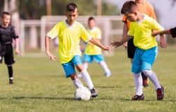 幼儿球员在足球场的足球比赛 库存图片