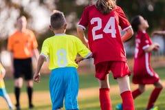 幼儿球员在足球场的足球比赛 图库摄影