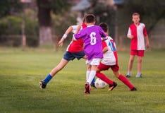 幼儿球员在足球场的足球比赛 免版税图库摄影