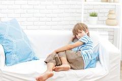 幼儿男孩画象在家 库存图片