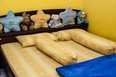 幼儿的舒适黄色床室 库存图片
