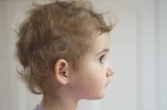 幼儿,女孩,小孩,顶头射击,作白日梦的调查距离。 库存图片