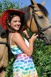 幼小有吸引力的妇女和马画象在晴天 库存照片