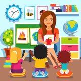 幼稚园 学习在教室的孩子 免版税库存照片