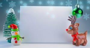 幼稚彩色塑泥拿着横幅的圣诞老人 免版税库存照片