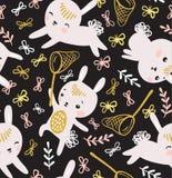 幼稚无缝的样式用兔子、蝴蝶和草坪 免版税图库摄影