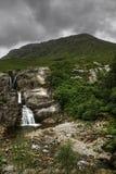 幽谷Coe,苏格兰,与山的瀑布垂直  库存照片