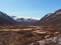 幽谷Geusachan, Cairngorms山,苏格兰在春天 免版税库存图片