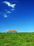 幽静1条的长凳 免版税库存照片