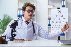 幽默医疗概念的滑稽的眼科医生 免版税库存照片