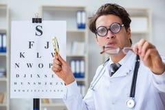 幽默医疗概念的滑稽的眼科医生 库存照片