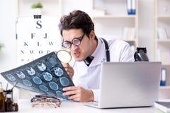 幽默医疗概念的滑稽的眼科医生 免版税库存图片