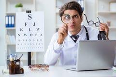 幽默医疗概念的滑稽的眼科医生 免版税图库摄影