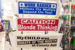 幽默标志在商店的待售 皇族释放例证