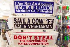 幽默标志在商店的待售 库存例证