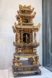 广东潮汕地区民间艺术,当罕见的木头被雕刻的法坛踪影金子被做 免版税库存图片