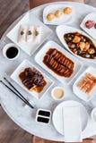 广东膳食顶视图包括BBQ猪肉,烤鸭子,新虾春天劳斯,被油炸的攫夺者内圆角 库存图片