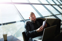 主任广告商浏览简历和邮件 免版税库存图片