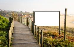 广告在木板走道附近的标志大模型 库存图片