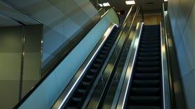 广告广告牌地铁站电子数字式内部 详述自动扶梯射击在现代大厦的或 影视素材