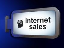 广告概念:互联网销售和头有财务标志的在广告牌背景 免版税库存图片