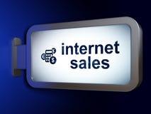 广告概念:互联网销售和计算器在广告牌背景 库存照片