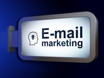 广告概念:电子邮件营销和头有电灯泡的在广告牌背景 库存图片