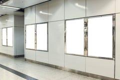 广告灯箱的六画象取向空白嘲笑在地铁车站 免版税库存图片