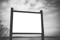 广告牌在森林里,您的文本的自由地方 免版税库存照片