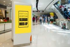 广告的垂直嘲笑卷起在购物中心 免版税库存照片