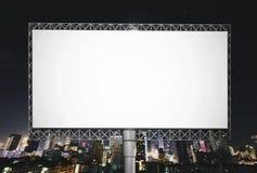 广告的空白的广告牌在夜空在城市 免版税库存图片