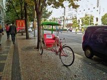 广告自行车人力车在瓦茨拉夫广场 免版税图库摄影