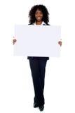 广告董事会总公司显示的白人妇女 免版税库存图片
