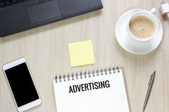 广告顶视图在办公桌上的有计算机的, smartphon 免版税图库摄影