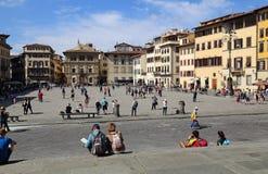 广场二的三塔Croce游人在佛罗伦萨,意大利 免版税图库摄影