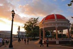 广场何塞马蒂在西恩富戈斯,在日落期间的古巴 免版税库存图片