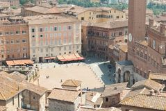 广场台尔园地在锡耶纳,称Palio二的跑马锡耶纳发生,奋斗在邻里之间  库存照片