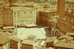 广场台尔园地在锡耶纳,称Palio二的跑马锡耶纳发生,奋斗在邻里之间  库存图片