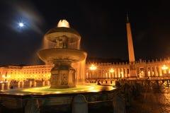 广场圣彼得罗在梵蒂冈在晚上,罗马,意大利 免版税库存照片