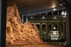广场圣彼得罗岛,诞生场面体会与耶索洛沙子和用金色光装饰的圣诞树 免版税库存照片