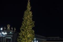 广场圣彼得罗岛,诞生场面体会与耶索洛沙子和用金色光装饰的圣诞树 图库摄影