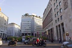 广场圣Babila广场在米兰,与人和每日交通的天时间的 免版税图库摄影