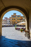 广场小山谷anfiteatro的拱道在卢卡,意大利 免版税库存图片