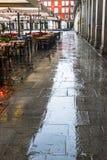 广场市长在一个雨天在马德里 免版税库存照片
