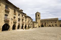 广场市长,在Ainsa,韦斯卡省,比利牛斯山的西班牙,一个老被围住的镇有Cinca和Ara河小山顶视图  库存图片