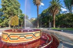 广场智利有红潮的广场喷泉喜欢酒- Mendoza,阿根廷 图库摄影