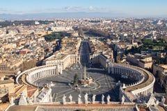 广场梵蒂冈的圣彼得罗全景视图  免版税库存图片