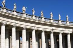 广场的圣・ Pietro (圣皮特的)柱廊 库存照片