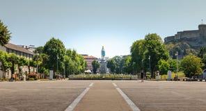 广场的看法在卢尔德前面大教堂的  库存图片